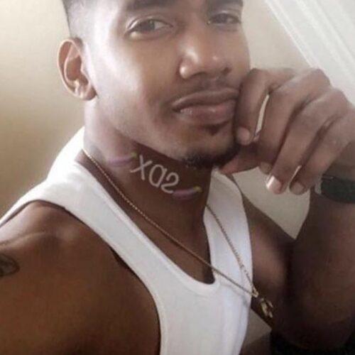 Je suis un mec black bg et j'aime les caresses!